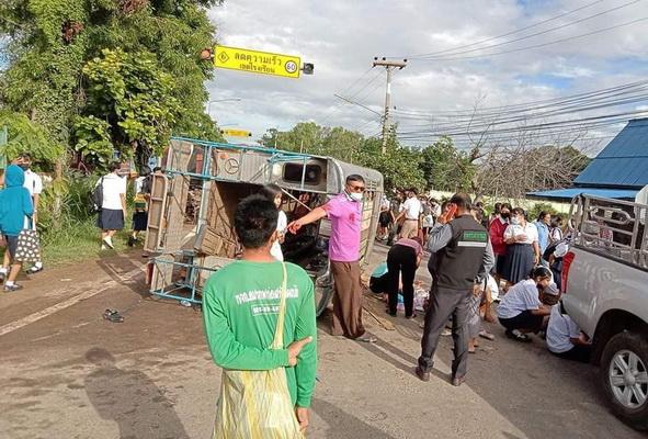 เกิดซ้ำซาก! รถนักเรียนพลิกคว่ำที่อ.นาดูน เทกระจาดเจ็บ 37 ราย สาหัส 4 ราย