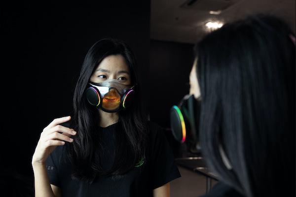 คุณสมบัติใหม่ที่เพิ่มขึ้นมาคือการเคลือบสารป้องกันฝ้าที่ส่วนที่โปร่งใสของหน้ากาก