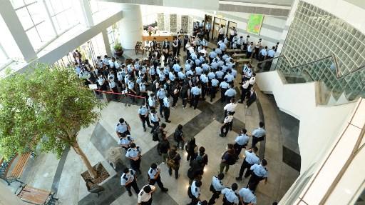 """ฮ่องกงระดมตำรวจ 500 นายบุก """"Apple Daily"""" จับผู้บริหาร อายัดทรัพย์ 70 ล้าน"""