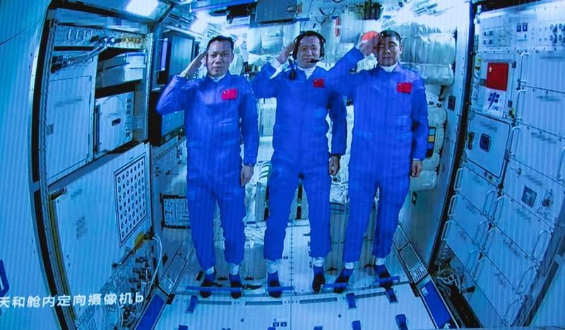 (ชมคลิป)  นักบินอวกาศจีนเข้าประจำการสถานีอวกาศแห่งแรกของจีน