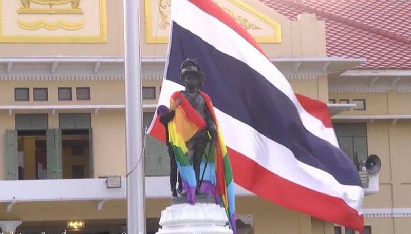 """""""นักเรียนเลว"""" นำธงสีรุ้งคลุมอนุสาวรีย์ ร.6 เรียกร้องสิทธิความหลากหลายทางเพศ"""