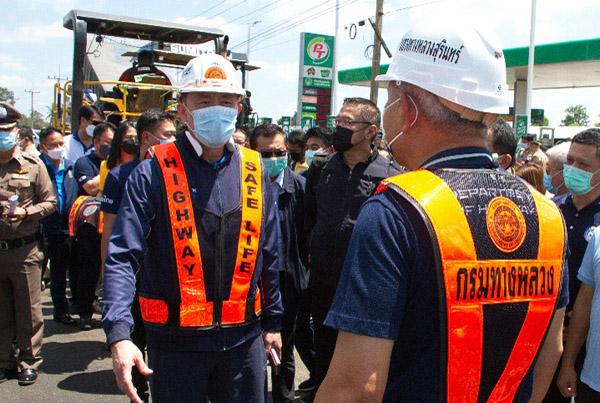 """""""ศักดิ์สยาม"""" ลุยเมืองช้างตรวจติดตามก่อสร้างขยายถนน 1,500 ล้าน """"ครูมานิตย์"""" ส.ส.เพื่อไทย โผล่ร่วม"""