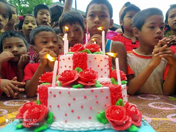 """เค้กฉลองวันเกิดอายุครบ 76 ปี  กับ สองปีที่แตกต่างของ """"อองซาน ซูจี"""""""