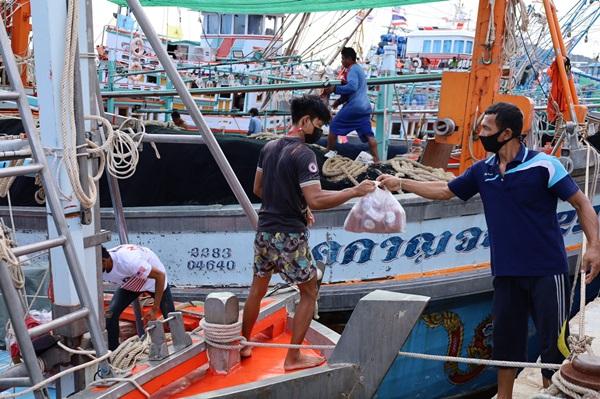 มอบถุงยังชีพช่วยเหลือลูกเรือประมง 33 คน ถูกกักตัวในเรือ หลังพบแรงงานพม่าติดเชื้อโควิด