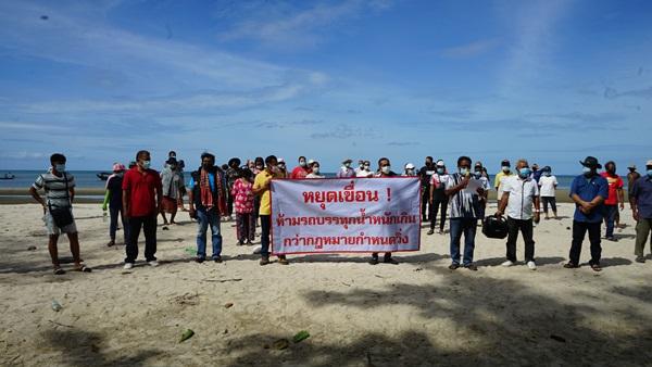 ชาวบ้านท่าชนะรวมตัวค้านการสร้างเขื่อนป้องกันการเซาะชายหาดบ้านดอน ระบุทำลายธรรมชาติ