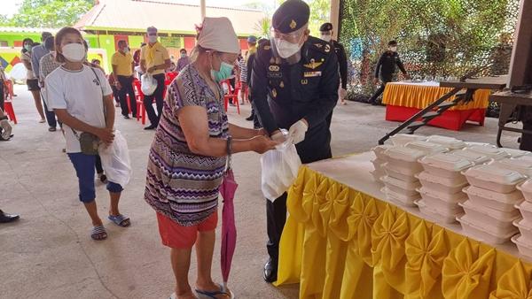 กองพลทหารปืนใหญ่ฯ จัดรถครัวสนามเคลื่อนที่ ส่งมอบอาหาร น้ำดื่ม ช่วยเหลือประชาชน