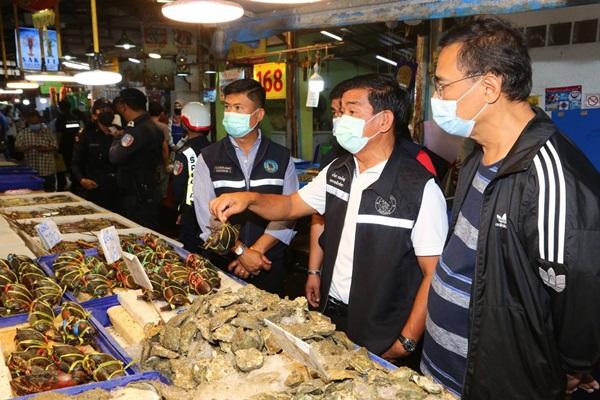 """โลกออนไลน์ฉะเดือด """"ปูไม่สด"""" ทำเมืองพัทยาเร่งตรวจสอบคุณภาพอาหารทะเลตลาดลานโพธิ์นาเกลือ"""