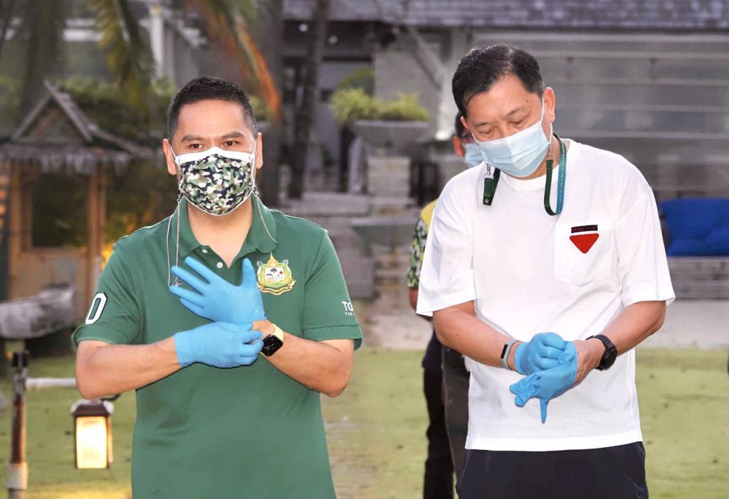 """""""วราวุธ"""" ฟิตนำทีมจิตอาสากว่า 250 คน เก็บขยะชายหาดไม้ขาว เตรียมรับการท่องเที่ยว Phuket Sandbox วันนี้"""