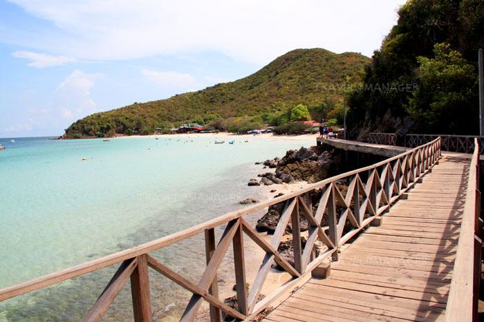 สะพานไม้ทางเข้าหาดเทียน เกาะล้าน ชลบุรี