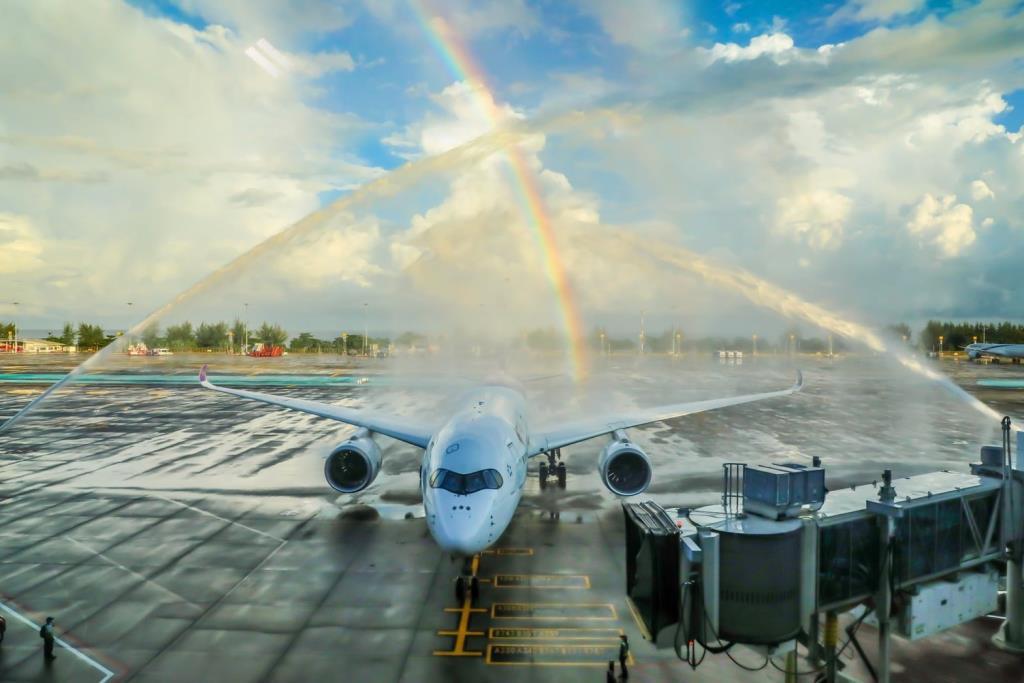 """หาชมยาก """"การบินไทย"""" เผยภาพเที่ยวบินแรก """"ภูเก็ตแซนด์บ็อกซ์"""" มีรุ้งกินน้ำต้อนรับสวยงาม"""