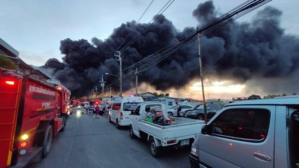 อบจ.ชลบุรีส่งกำลังงานป้องกันและบรรเทาสาธารณภัยช่วยเหลือเหตุเพลิงไหม้โรงงาน อ.บางพลี