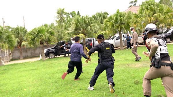 ภาพเหตุการณ์ขณะญาติผู้เสียชาติวิ่งเข้าไปจะทำร้ายสองผู้ต้องหา ที่เจ้าหน้าที่ตำรวจนำตัวมาทำแผนประกอบคำรับสารภาพ
