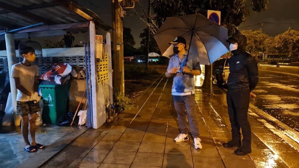 """""""อนุทิน"""" ฝ่าสายฝนกลางดึกรับผู้สูงอายุป่วยโควิดเองถึงหน้าบ้าน กำชับดูแลลดสูญเสีย"""