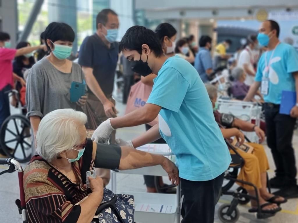 4 ค่าย มือถือให้ความร่วมมือ สธ. เปิดลงทะเบียนฉีดวัคซีนผู้สูงอายุ 60 ปีขึ้นไป ที่บางซื่อ