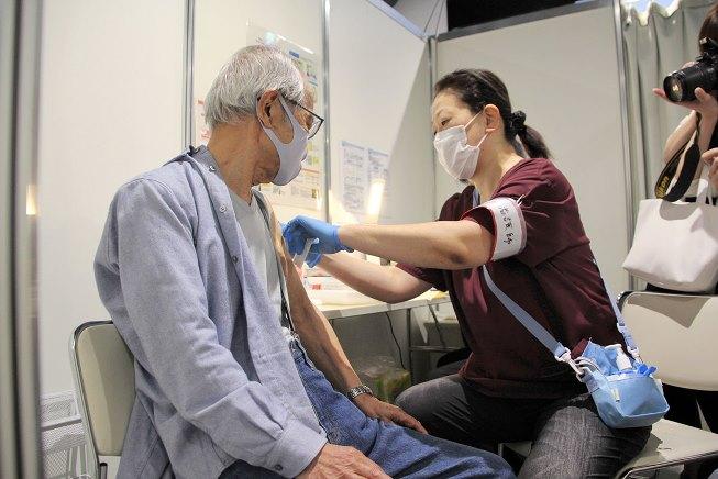 คุณปู่ญี่ปุ่นซัดวัคซีนโควิด 4 เข็ม หวังอัพภูมิคุ้มกัน