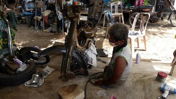 """""""ช่างเก้า"""" ชายพิการครึ่งท่อน หัวใจเหล็กไม่ย่อท้อต่อโชคชะตา ยึดอาชีพช่างซ่อมรถ จยย.เลี้ยงชีพ"""