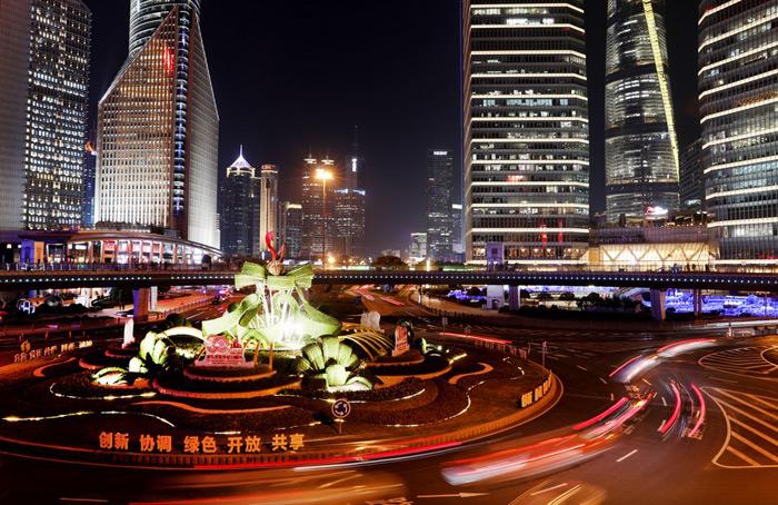 ทิวทัศน์ยามค่ำคืนย่านลู่เจียจุ่ย เขตผู่ตง เทศบาลนครเซี่ยงไฮ้ทางตะวันออกของจีน วันที่ 14 ม.ค. 2564 (แฟ้มภาพซินหัว)