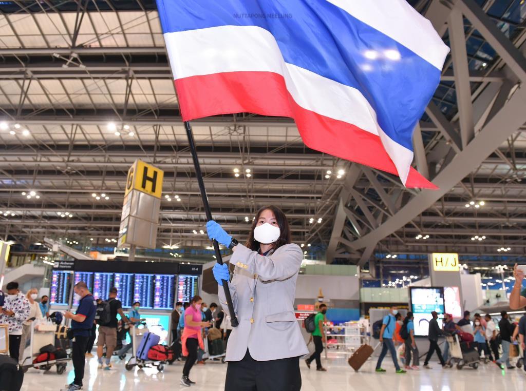 """""""เมย์-รัชนก"""" รับมอบธงไตรรงค์ผืนประวัติศาสตร์!!! บินลัดฟ้าส่งมอบให้ตัวแทนนักกีฬาไทยถือเข้าสู่สนามในพิธีเปิดโอลิมปิก"""