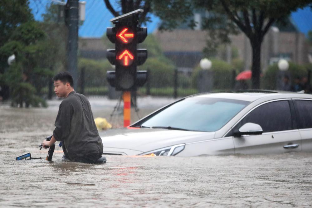 ฝนพันปีถล่มเหอหนานตายกว่าสิบราย การเดินทางเป็นอัมพาต-หวั่นเขื่อนแตก