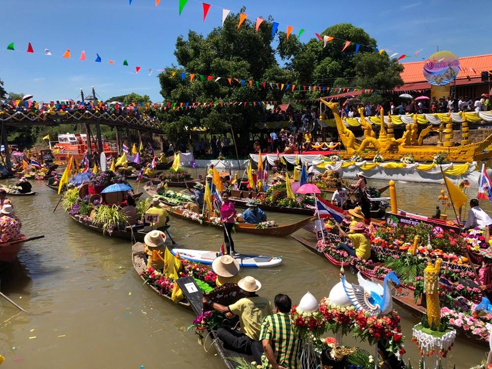 ประเพณีแห่เทียนพรรษาทางน้ำ (ภาพจาก Facebook : Tat Ayutthaya)