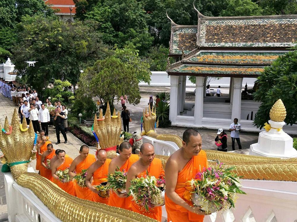 ประเพณีตักบาตรดอกเข้าพรรษา (ภาพจาก Facebook : Tat Ayutthaya)