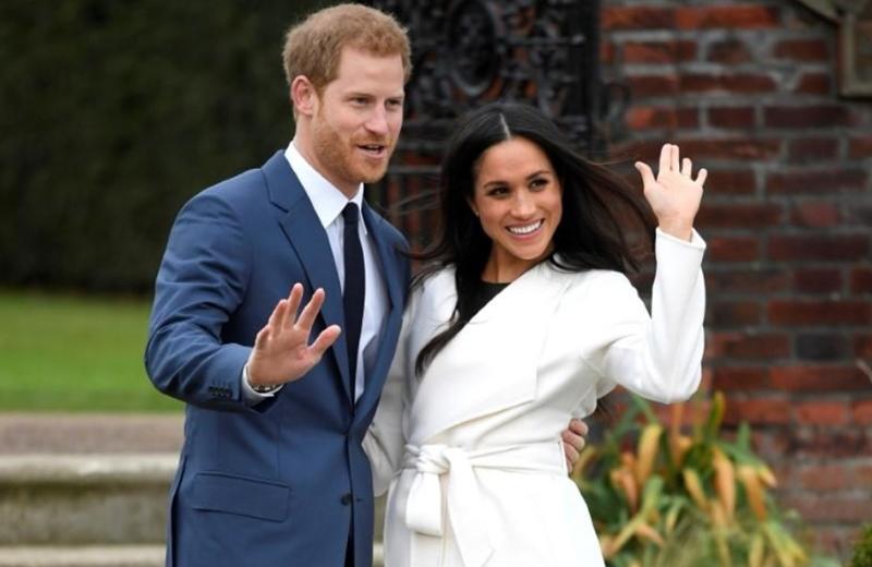 เจ้าชายแฮร์รีและเมแกน มาร์เคิลตั้งท่าให้ช่างภาพบันทึกภาพในสวนซันเคน ณ พระราชวังเคนซิงตัน เมื่อ 27 พฤศจิกายน 2017 ซึ่งเป็นช่วงที่ประกาศหมั้นหมายกันแล้ว
