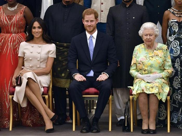 สมเด็จพระบรมราชินีนาถเอลิซาเบธที่ 2 ถ่ายภาพที่ระลึกร่วมกับเจ้าชายแฮร์รีและพระชายาเมแกน ดัชเชสแห่งซัสเซกส์เมื่อ 26 มิถุนายน 2018 ณ พระราชวังบักกิงแฮม ในกรุงลอนดอน