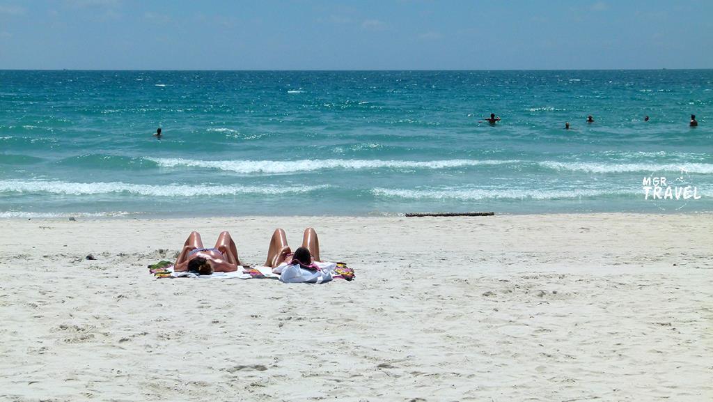 นักท่องเที่ยวนอนอาบแดดที่หาดริ้นนอก