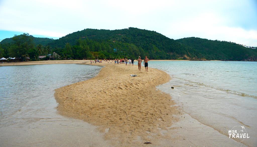 นักท่องเที่ยวนิยมมาเดินเล่นที่ทะเลแหวกยามน้ำลดระดับ