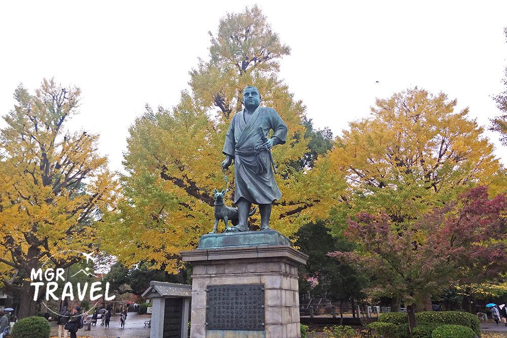 รูปปั้นของไซโง ทากาโมริ และใบไม้เปลี่ยนสีที่สวนอุเอโนะ