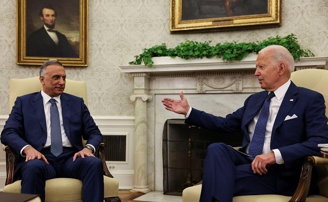 ประธานาธิบดีโจ ไบเดน แห่งสหรัฐฯ (ขวา) เปิดห้องทำงานรูปไข่ของทำเนียบขาวต้อนรับ มุสตาฟา อัล-คาดิมี นายกรัฐมนตรีอิรัก (ซ้าย) เมื่อวันจันทร์ (26 ก.ค.)