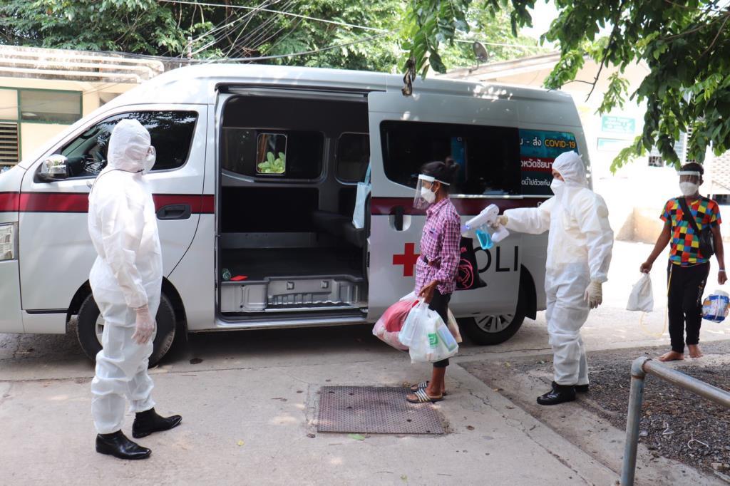 ผู้การฯ ชัยนาทลุย นำรถตู้ตำรวจให้บริการรับส่งผู้ป่วยโควิด-19 ไปส่ง รพ.