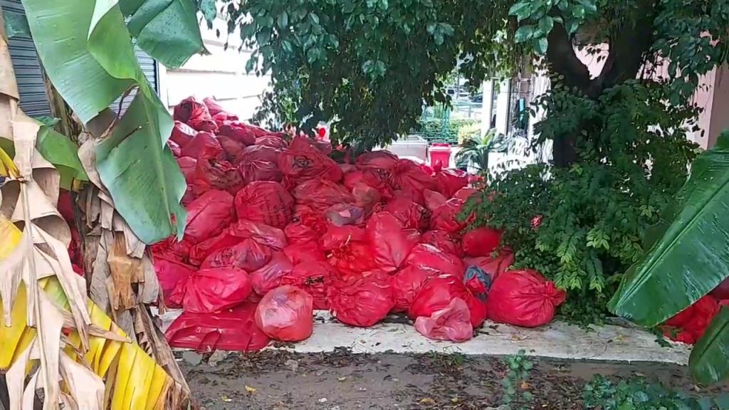 ชาวบ้านผวารพ.ดังทิ้งถุงพลาสติกสีส้มติดกับแพงชุมชน หวั่นเป็นขยะติดเชื้อ