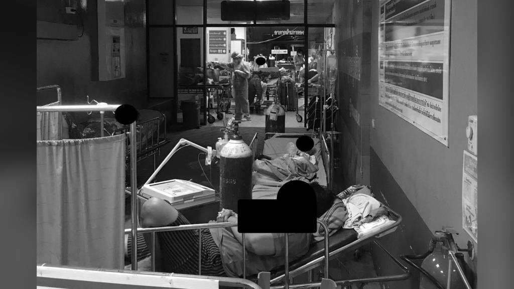 ต้านไม่ไหว! หมอ รพ.พระนั่งเกล้า เผยภาพหดหู่ของผู้ป่วยโควิดนอนรอเตียงจนล้นห้องฉุกเฉิน