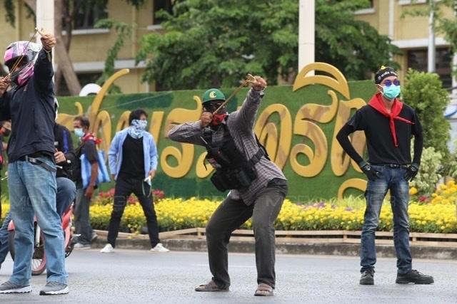 ชุลมุน ตำรวจปะทะม็อบ ผู้ชุมนุมยิงหนังสติ๊กสู้ เตียมเคลื่อนไปทำเนียบฯ