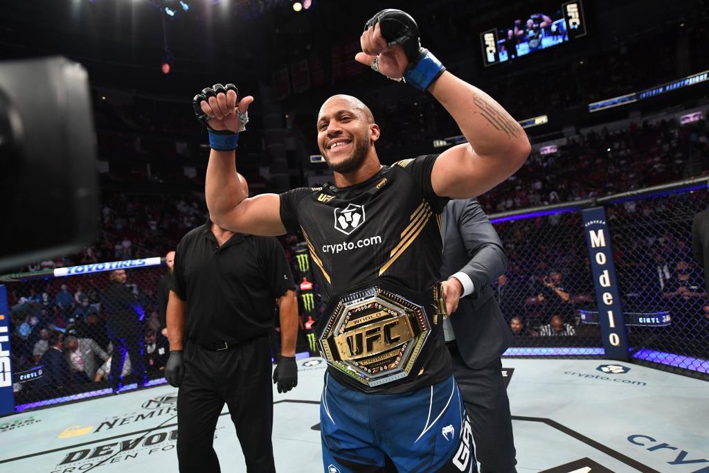 """""""เกน"""" ไล่ยำ """"ลูอิส"""" จอดยก 3 คว้าแชมป์โลกเฉพาะกาล UFC รุ่นเฮฟวีเวต"""