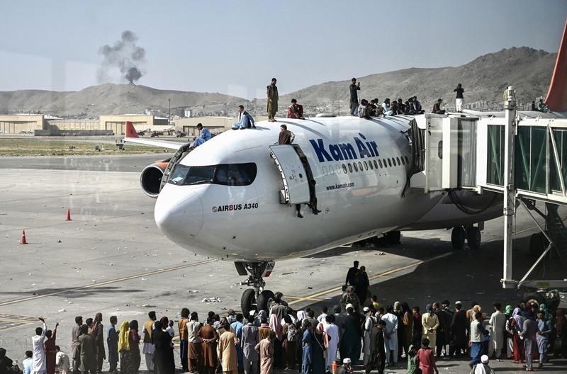 """สนามบินคาบูลอลหม่าน อัฟกันหนีตายแห่เข้าไปแน่นขนัด  สังเวยแล้ว 5 ศพ   ด้านจีน-รัสเซียแสดงท่าทีต้อนรับ""""รัฐบาลตอลิบาน"""""""