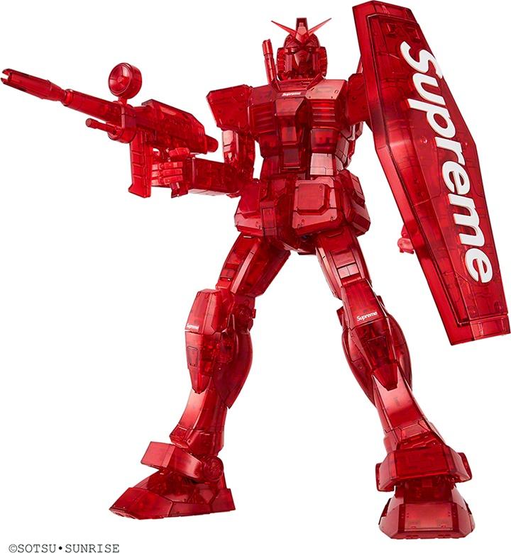 """แรง 3 เท่า! แบรนด์ Supreme ทำโมเดลหุ่น """"กันดั้ม"""" สีแดงพิเศษ"""