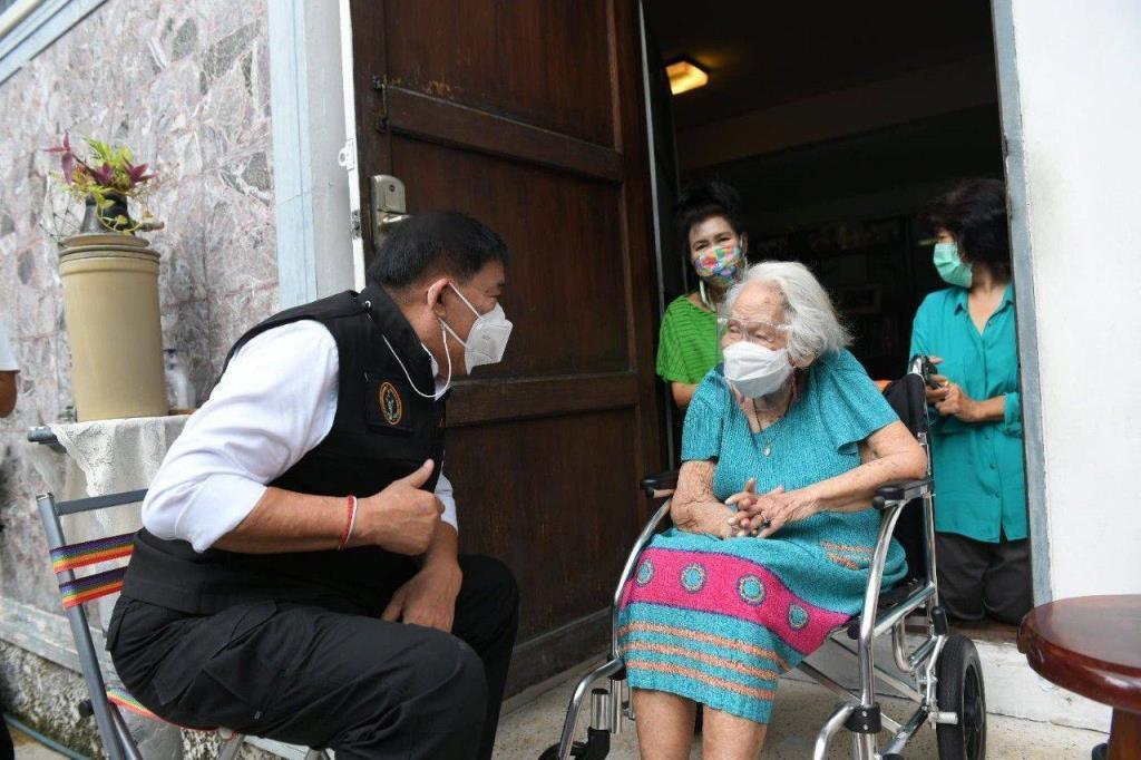 กทม.ลงพื้นที่เชิงรุกฉีดวัคซีน AZ ตามบ้านให้ผู้ป่วยติดเตียง- ผู้สูงอายุ