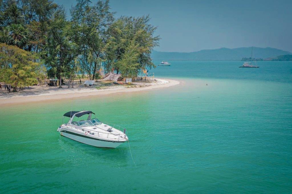 หาดทรายสวย น่้ำทะเลสวยใสที่เกาะนาคาน้อย