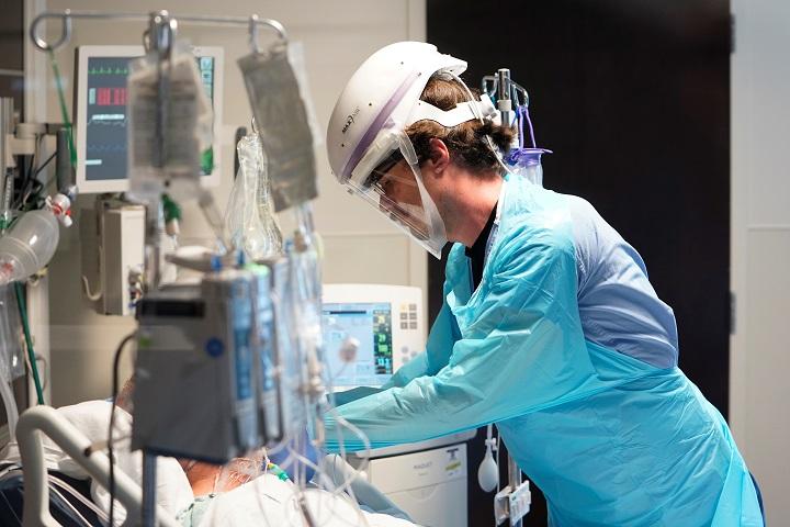 สหรัฐฯ ส่อแววหนัก! จำนวนคนไข้โควิดรักษาตัวโรงพยาบาลทะลุ 1 แสนคน สูงสุดในรอบ 8 เดือน