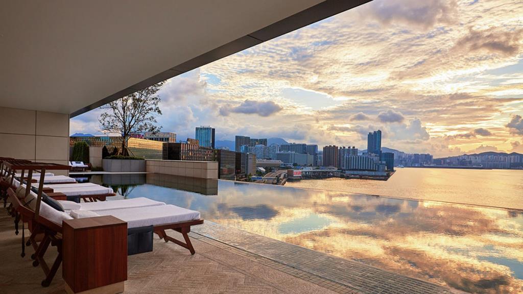 สระว่ายน้ำวิวอ่าววิคตอเรียของฮ่องกงที่ Rosewood Hong Kong (ภาพจาก : Rosewood Hong Kong  - by Agoda)