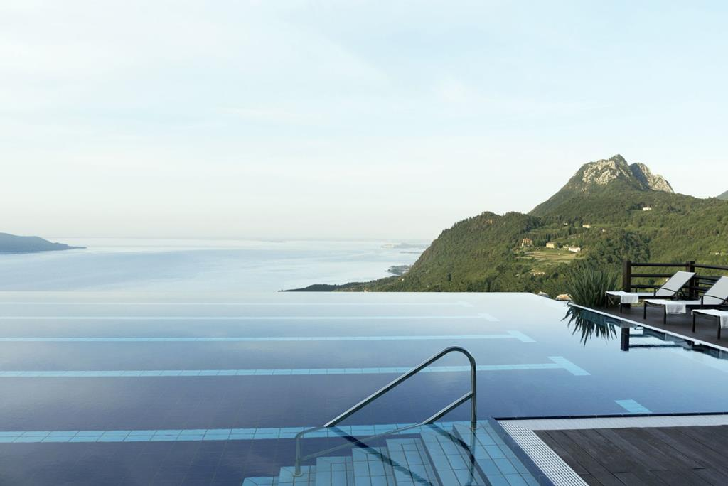 สระว่ายน้ำท่ามกลางทิวทัศน์ทะเลสาบในอิตาลี (ภาพจาก : Lefay Resort & SPA Lago di Garda - by Agoda)