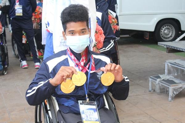 """ฮีโร! นักกีฬาพาราลิมปิกเดินทางกลับบ้านผ่าน phuket Sandbox  """"พงศกร แปยอ"""" เจ้าของ 3 เหรียญทองระบุภูมิใจ"""