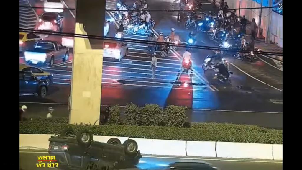 แลนด์โรเวอร์ซวยฝ่าดงม็อบปะทะตำรวจ พลิกคว่ำเส้นวิภาวดีฯ เหตุเบรกกะทันหันผู้ชุมนุมตัดหน้า
