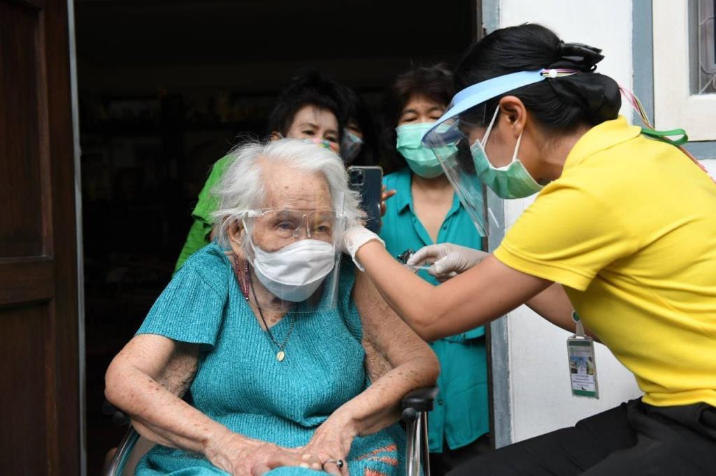 กทม. เร่งฉีดวัคซีนโควิด-19 แก่ผู้ป่วยติดเตียง พร้อมส่งทีม Bangkok CCRT ลงพื้นที่ชุมชนอย่างต่อเนื่อง