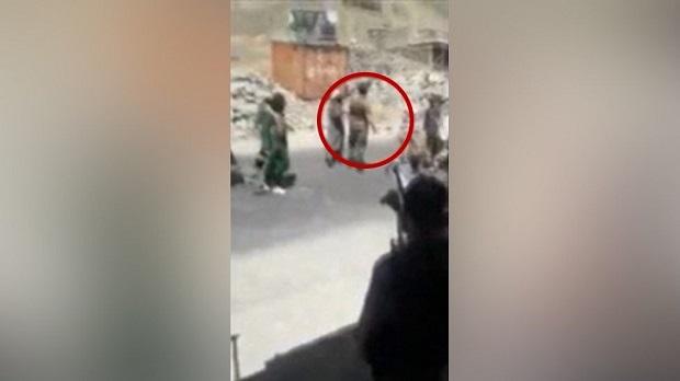 ภาพจากคลิปวิดีโอที่บีบีซีอ้างว่าเป็นเหตุการณ์นักรบตอลิบานกำลังสังหารพลเมืองรายหนึ่งในหุบเขาปันจ์ชีร์