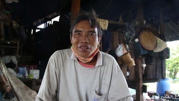 นายเสริม กัณหา อายุ 65 ปี ชาวบ้านคำป่าหลาย ที่ได้รับผลกระทบจากการปล่อยน้ำเสียของโรงงานยางพารา