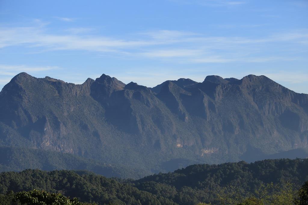 ดอยเชียงดาวมีลักษณะของเทือกเขาฟินปูนอันโดนเด่น (ภาพ : จาก กรมอุทยานแห่งชาติ สัตว์ป่า และพันธุ์พืช)