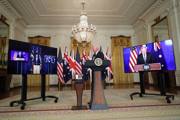 ประธานาธิบดีโจ ไบเดน แห่งสหรัฐฯ (คนกลาง) บอริส จอห์นสัน นายกรัฐมนตรีสหราชอาณาจักร (ในจอขวา) และสกอตต์ มอร์ริสัน นายกรัฐมนตรีออสเตรเลีย (ในจอซ้าย) หารือทางไกลเมื่อวันพุธ (15 ก.ย.)